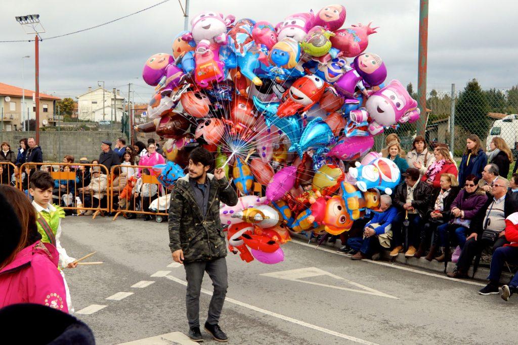 Karneval in Ovar. Bunte Ballons werden im Vorprogramm des Umzugs verkauft.
