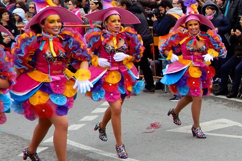 Karneval in Ovar, Portugal. Tänzerinnen in bunten Kostümen.