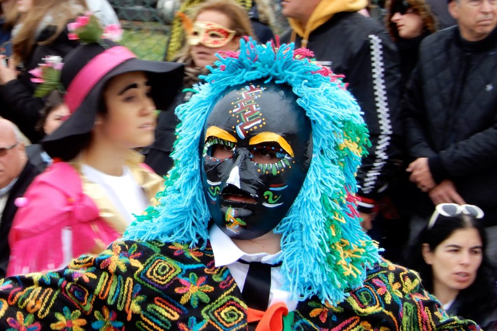 Karneval in Ovar, Portugal. Exotische Maske beim Umzug.