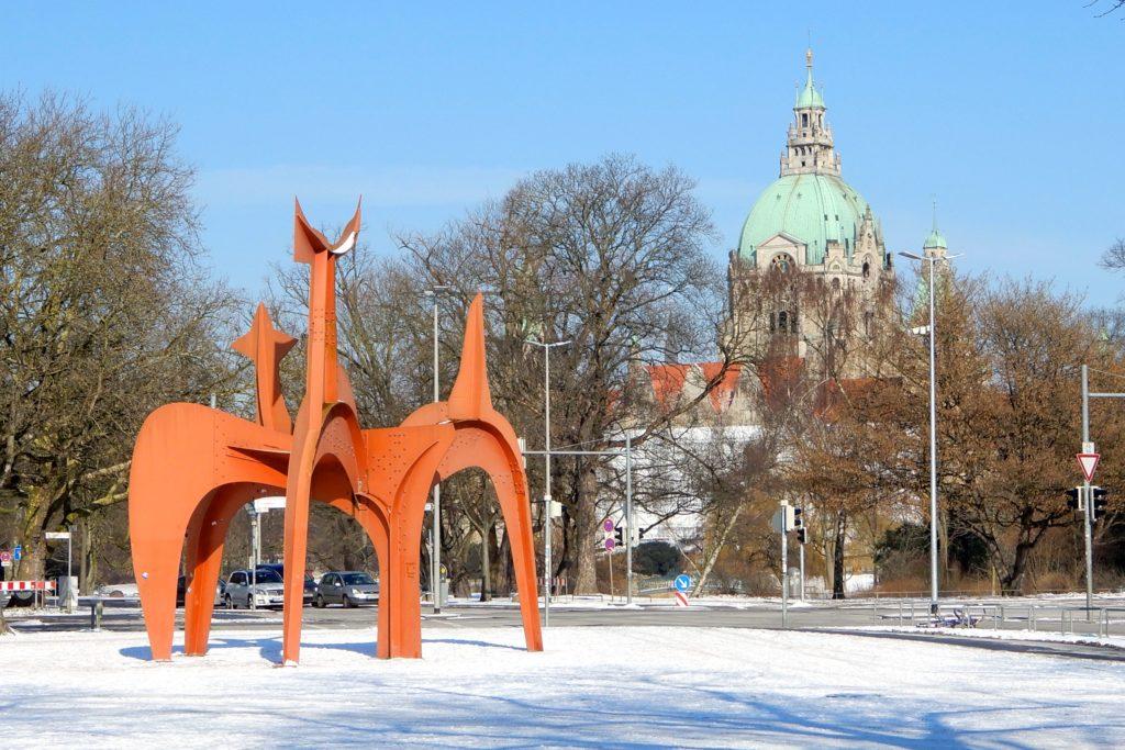 Winter in Hannover. Der Hellebardier, auch Guadeloupe genannt, im Hintergrund das Neue Rathaus.