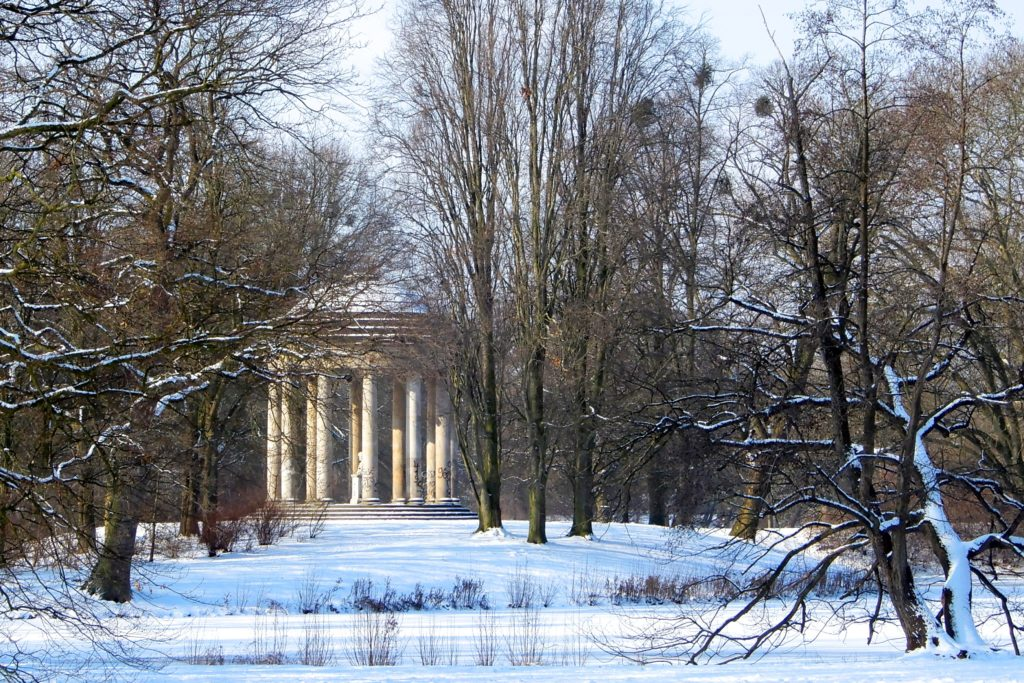 Winter in Hannover. Leibniztempel im Georgengarten.