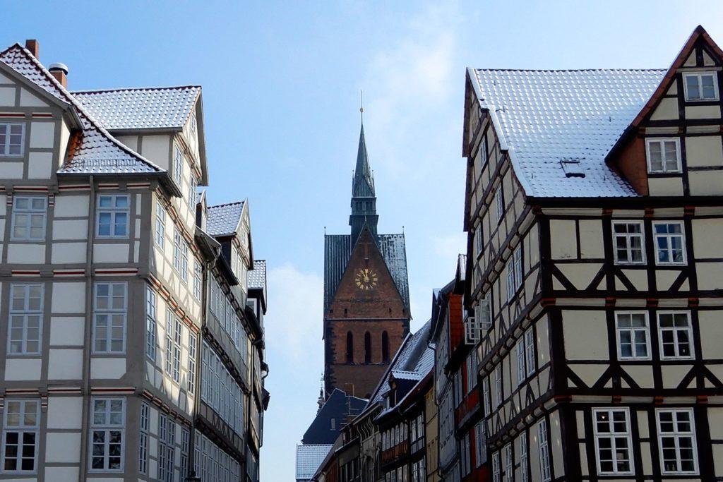 Altstadt von Hannover. Schneebedeckte Fachwerkhäuser und Marktkirche.
