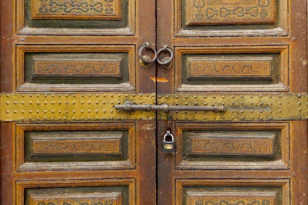 Bahia Palast, Marrakesch. Verschlossene Tür im Palastinneren - nicht alle Räume sind für die Öffentlichkeit zugänglich.