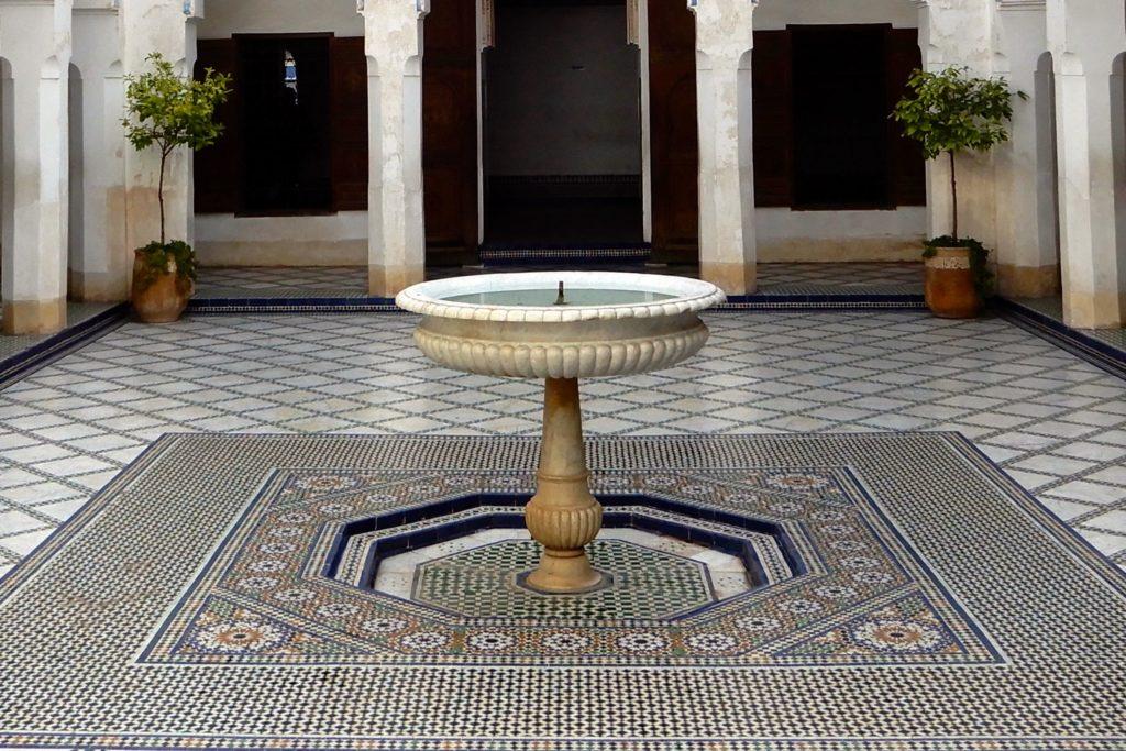 Bahia Palast, Marrakesch. Mit Mosaiken geschmückter Patio, in der Mitte ein Brunnen.