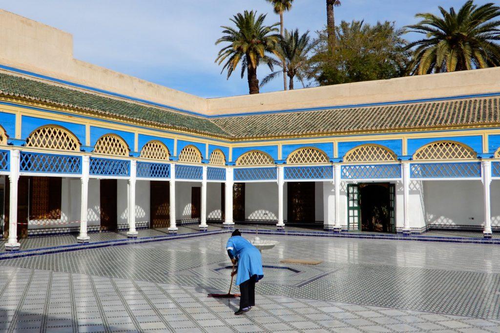 Bahia Palast, Marrakesch. Fleißige Frauen sorgen für Sauberkeit im Palast.