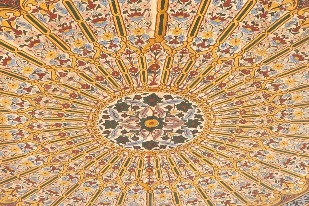 Bahia Palast, Marrakesch. Kunstvoll gestaltete Decke.