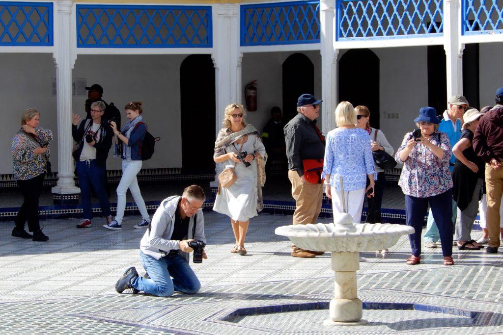 Bahia Palast, Marrakesch. Besucher im zentralen Innenhof.