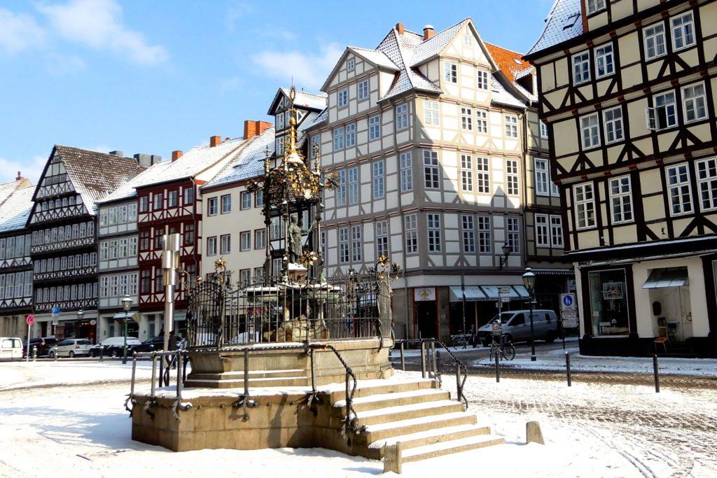 Holzmarktbrunnen (Oskar-Winter-Brunnen) in Hannovers winterlicher Altstadt.