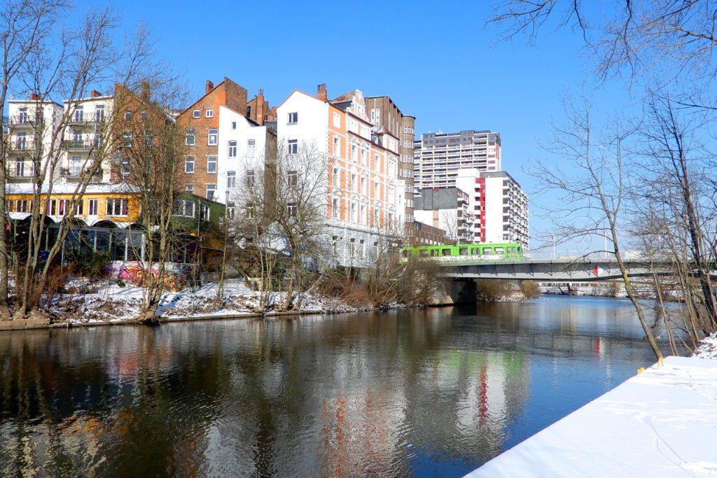 Benno-Ohnesorg-Brücke, Hannover. Blick vom Ihmeufer.