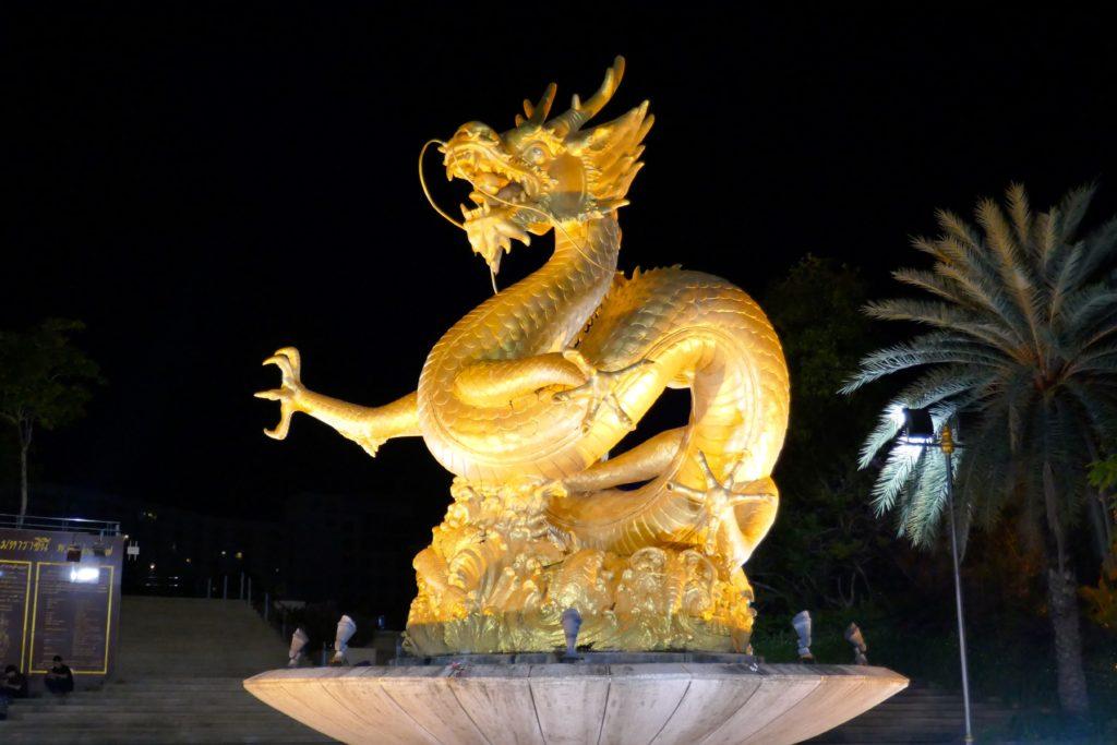 Queen Sirikit Park in Phuket Town. Der goldene Drachen wird nachts angestrahlt.