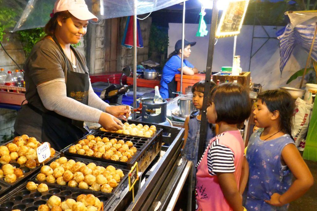 Indy Market in Phuket Town. Pikante Snacks mit Käse oder Shrimps sind beliebt.