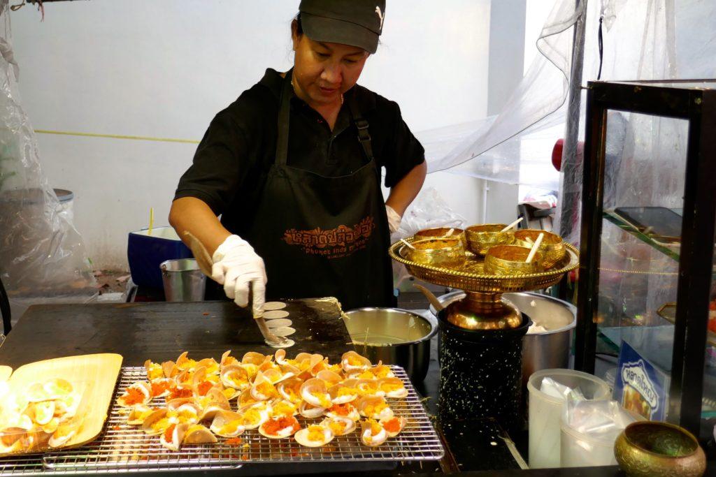 Indy Market in Phuket Town. Typisch thailändisch: knusprige kleine Pfannkuchen