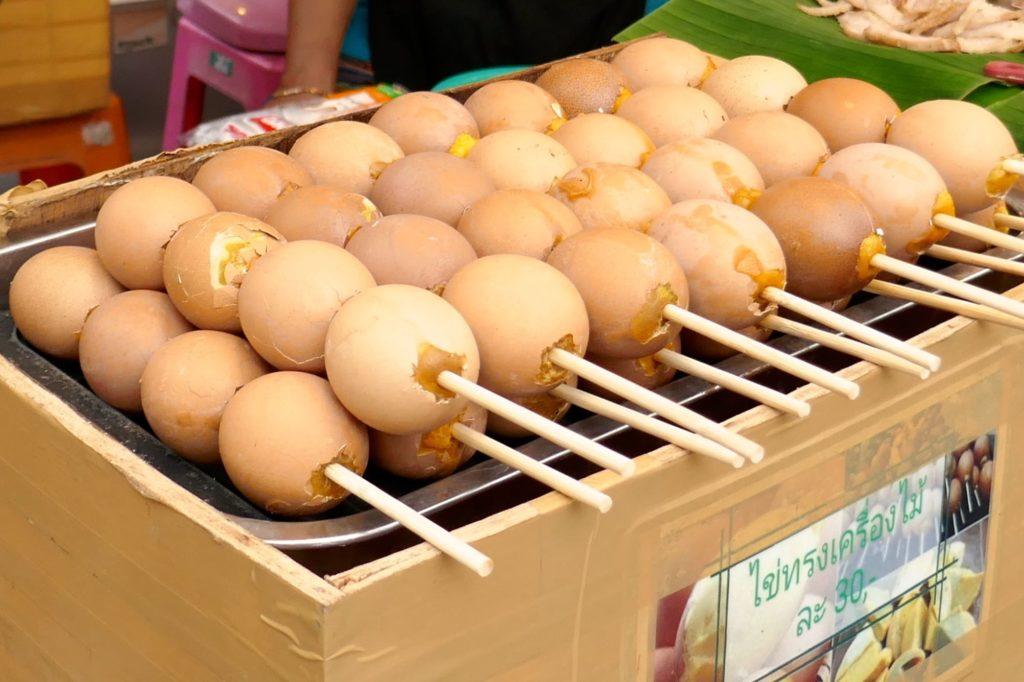 Indy Market in Phuket Town. Eier am Spieß.