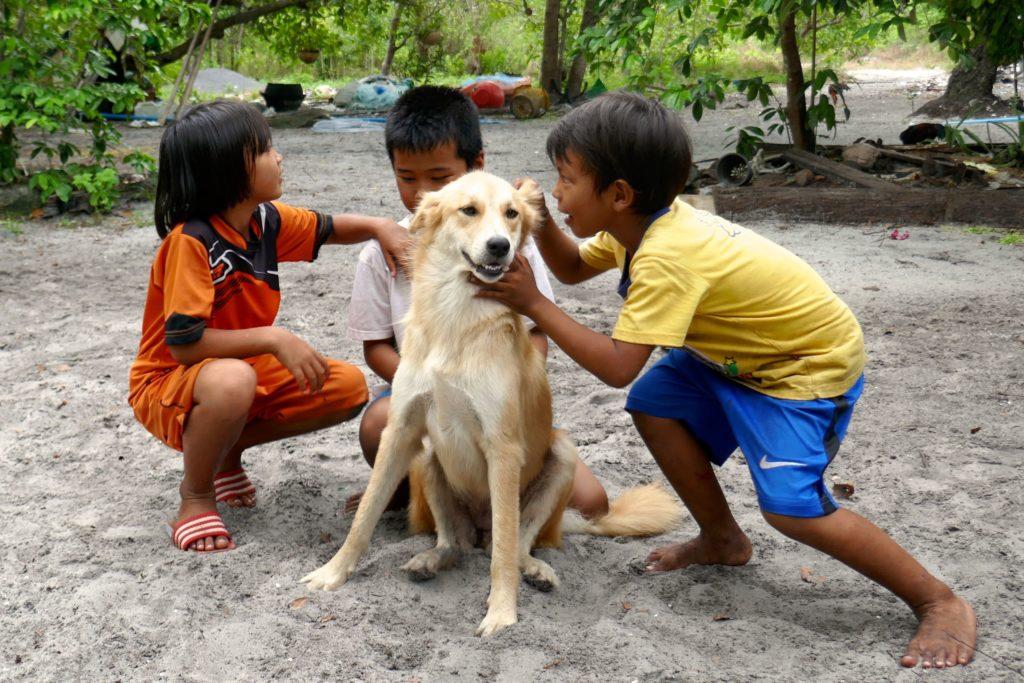 Koh Phra Thong. Spielende Moken-Kinder in Tung Dap.
