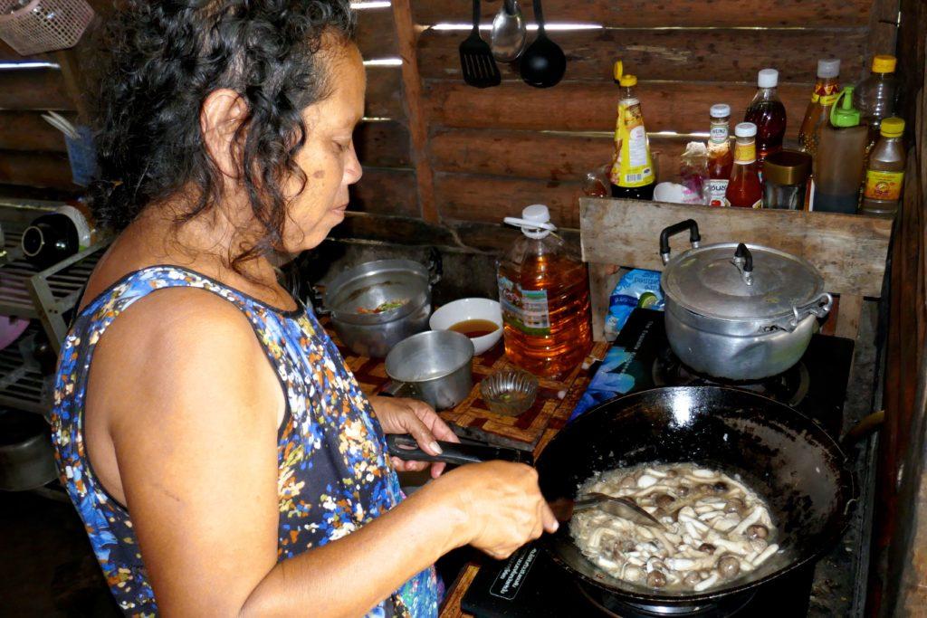 Essenszubereitung im Homestay Tung Dap.