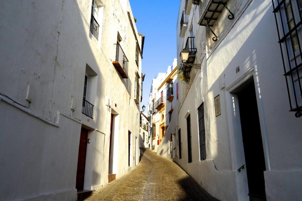 Schmale Gasse in der Altstadt von Arcos de la Frontera