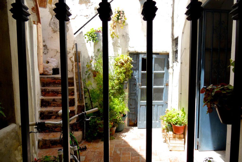 Blick in einen Innenhof in Arcos de la Frontera.