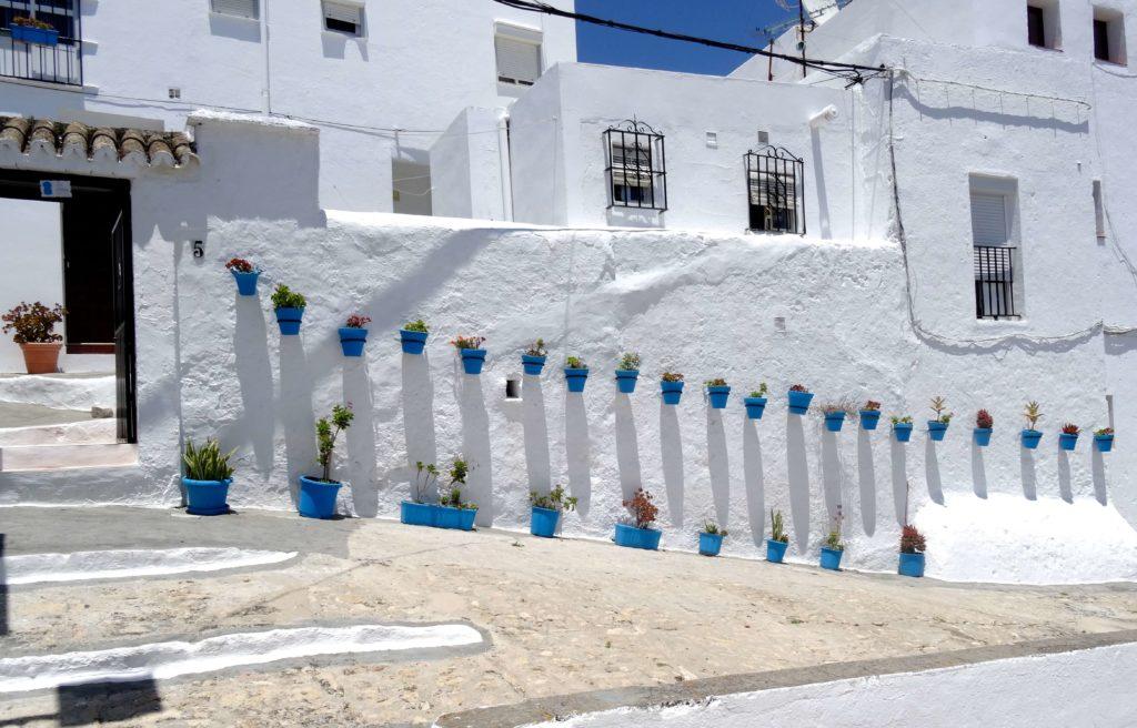Farbtupfer auf dem Weiß der Häuser