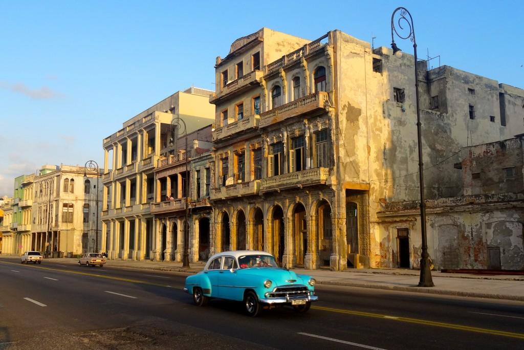 Gewohntes Bild am Malecón: Oldtimer vor morbidem Mauerwerk