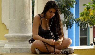 Internet in Kuba, hier Nutzung eines WiFi-Hotspots in Holguín.