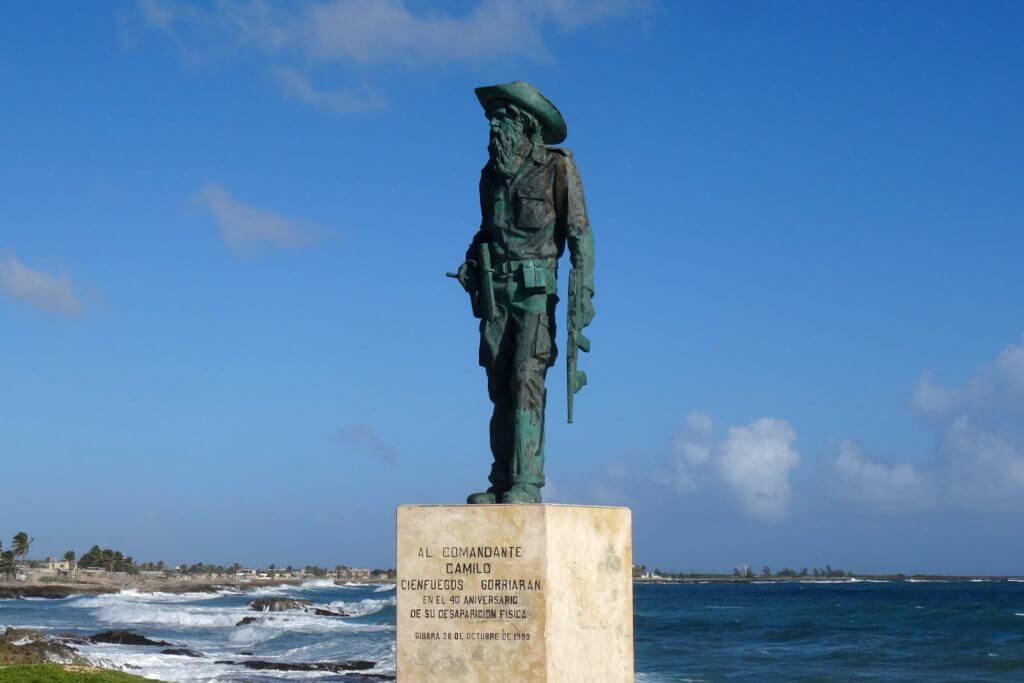 Denkmal zu Ehren von Camilo Cienfuegos an der Küste von Gibara