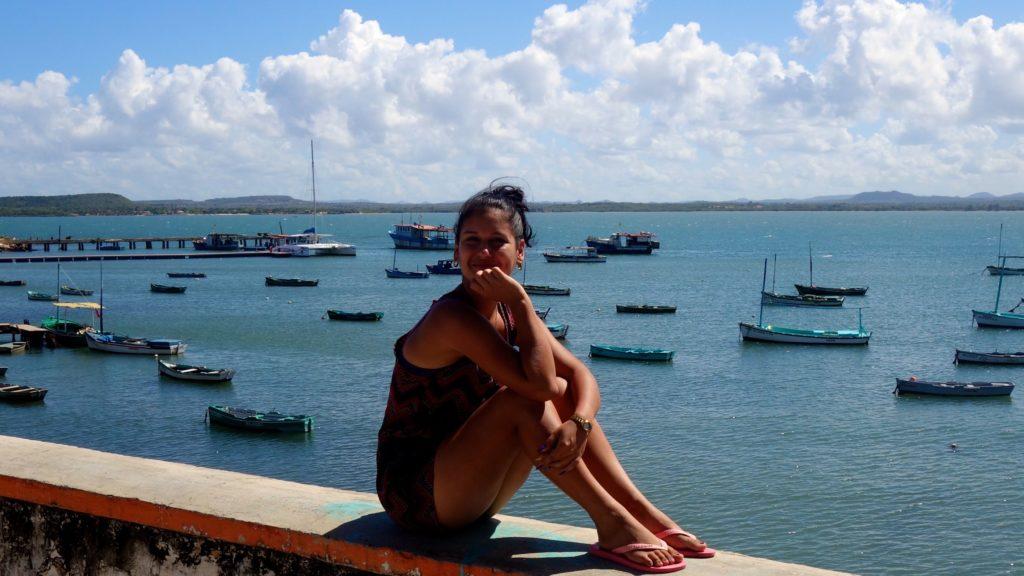 Gibara, Kuba, an der Küste mit Blick auf Meer und Fischerboote.