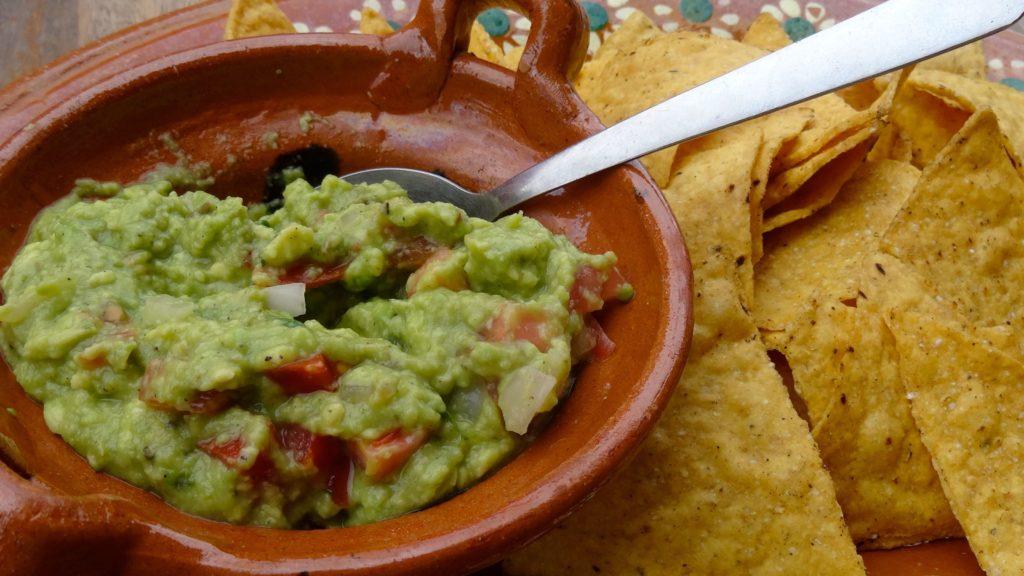 Essen und Trinken in Mexiko: Guacamole.
