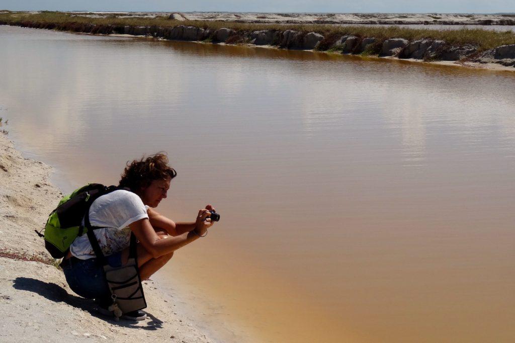 Bräunliche Farbe des Wassers in Las Coloradas, Mexiko.