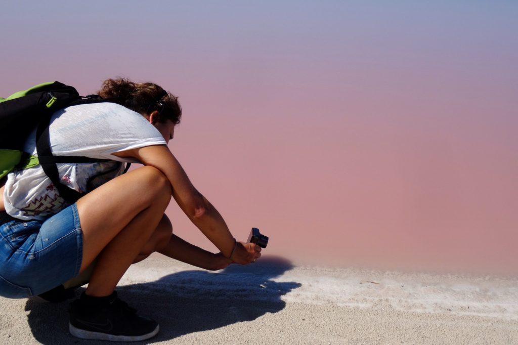 Pinkfarbenes Wasser, beliebtes Fotomotiv in Las Coloradas, Mexiko.