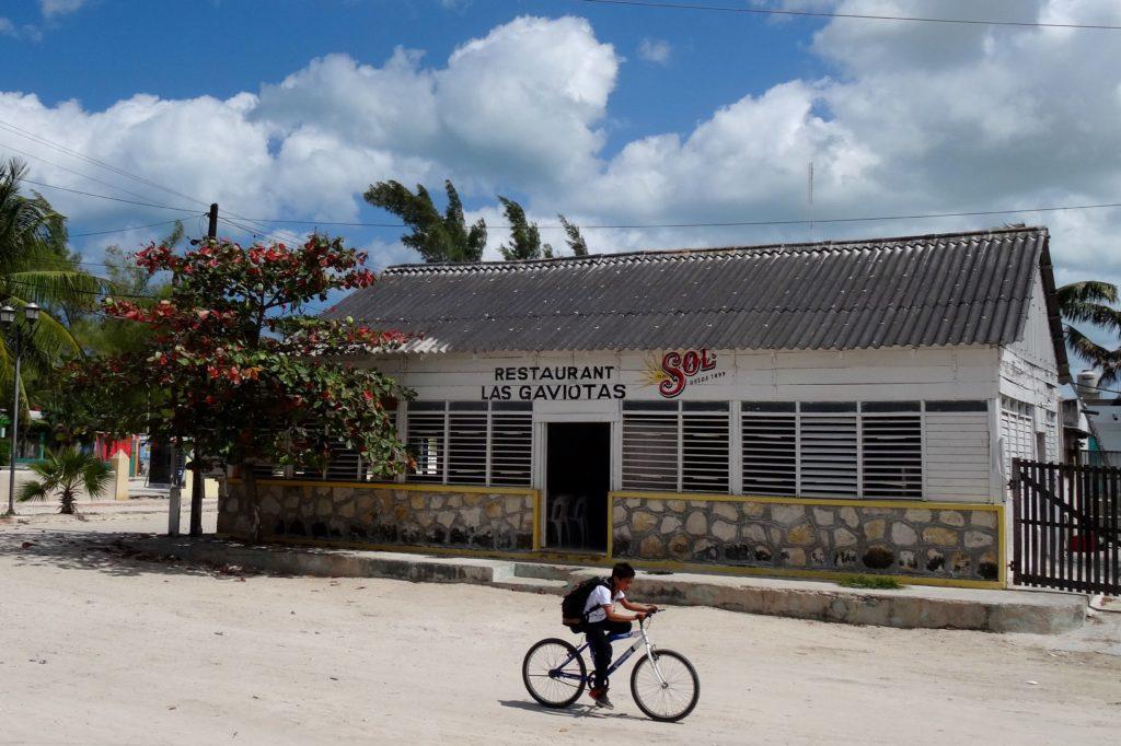 Blick auf das Restaurant Las Gaviotas in Las Coloradas, Yucatán.