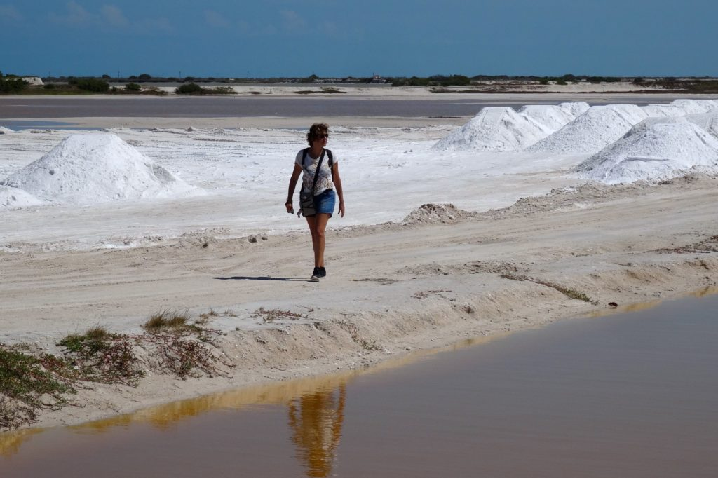 Unterwegs zwischen Salzbergen und bräunlichem Wasser in Las Coloradas, Yucatán.