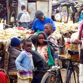 Auf dem Markt in Katete, Sambia.