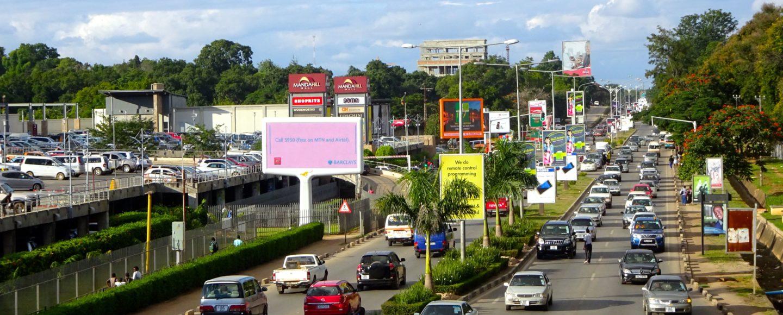 Blick auf eine der verkehrsreichen Straßen von Lusaka, Sambia.