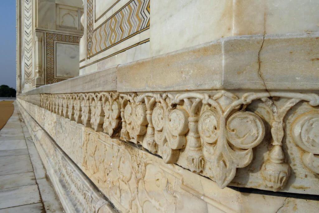 Marmorrelief an der Außenfassade des Taj Mahal