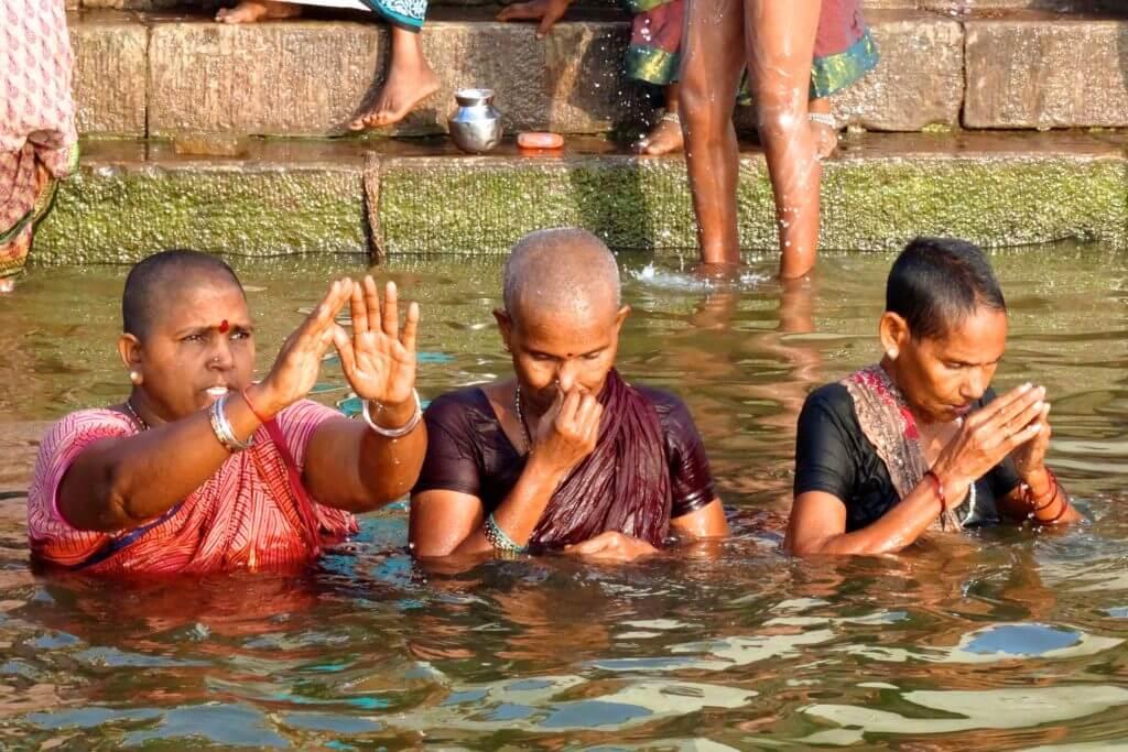 Morgendliches Ritual: Baden und Beten in Varanasi