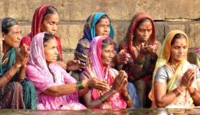 Varanasi. Inderinnen beim morgendlichen Gebet am Ganges.