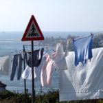 Wäsche flattert im Wind im Fischerdorf Afurada