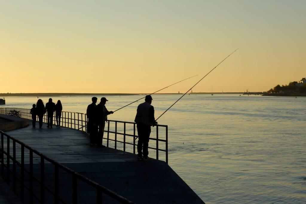 Von Porto nach Afurada: Angler am Ufer des Douro