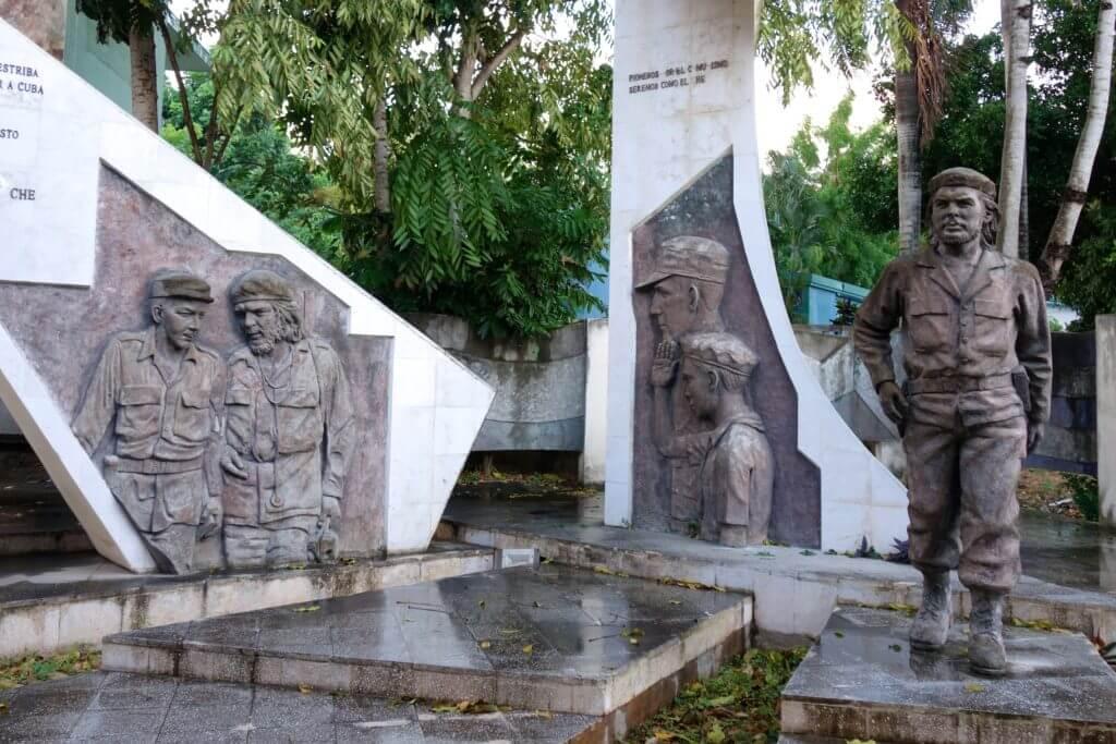Figuren der Revolutionäre Che Guevara und andere in Holguín