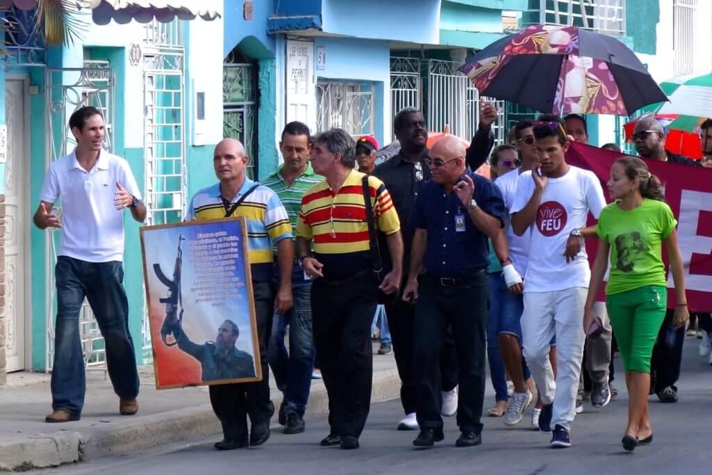 Auf dem Weg zur Trauerkundgebung für Fidel Castro in Holguín