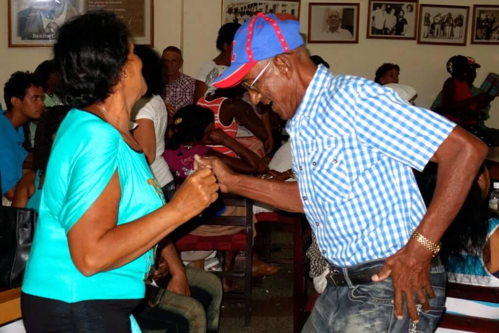 Tanzende Kubaner in der Casa de la Trova in Guantánamo
