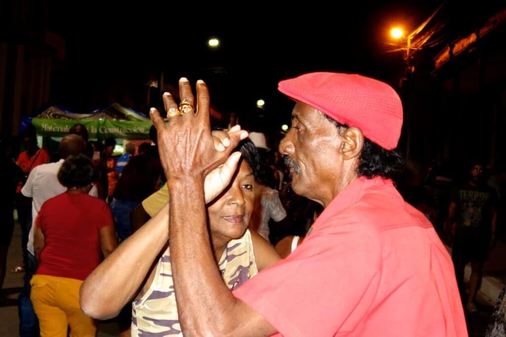 Älteres Paar beim Tanzen in der Noche Guantanamera
