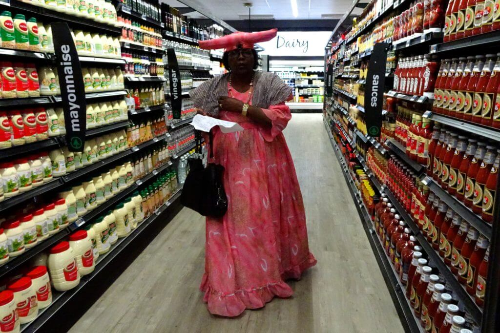 Jahresrückblick Reiseblog Groovy Planet, Herero-Frau im Supermarkt in Otjiwarongo, Namibia