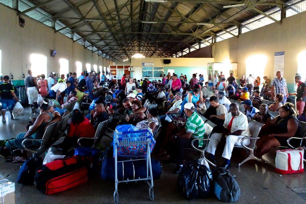 Zug fahren in Kuba. Fahrgäste warten im Bahnhof La Coubre von Havanna