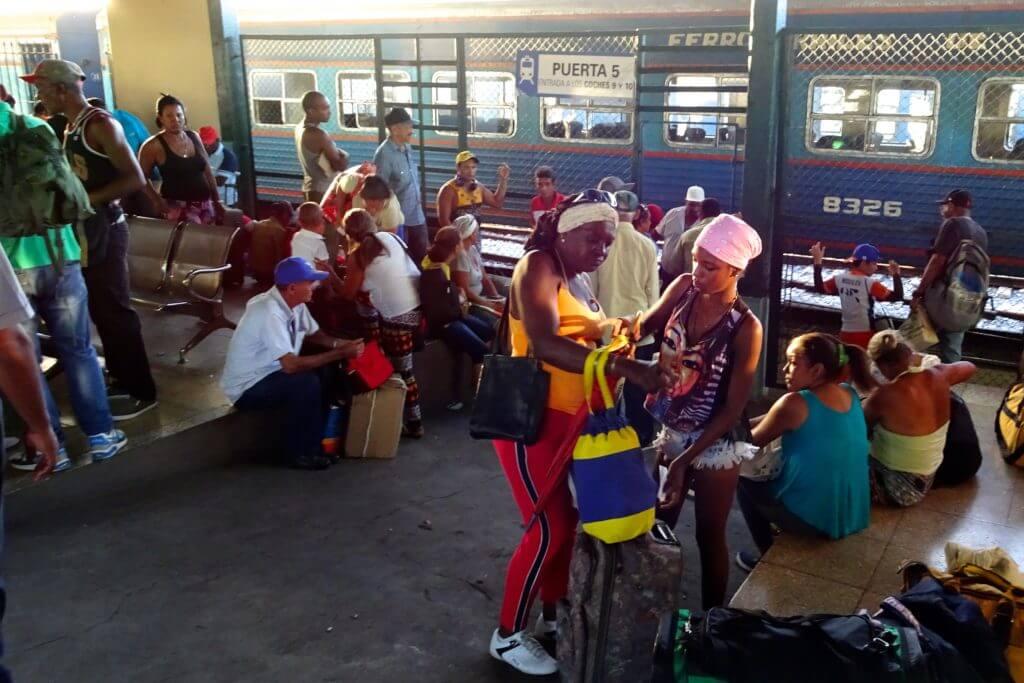 Zug fahren in Kuba. Wartende Menschen im Bahnhof La Coubre von Havanna