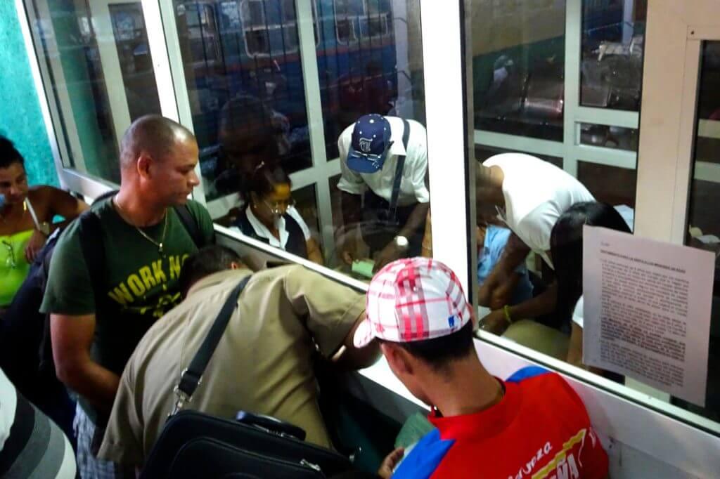 Zug fahren in Kuba. Ticketbestätigung am Schalter von Havannas Bahnhof La Coubre