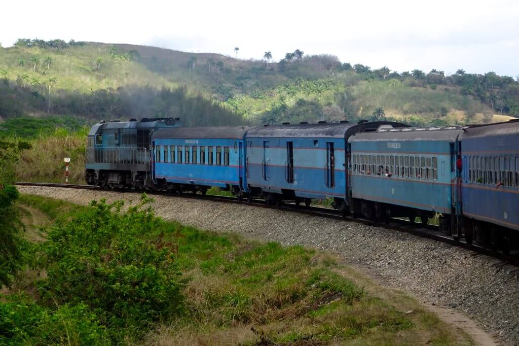 Bahnfahrt in Kuba. Zug von Havanna nach Guantánamo