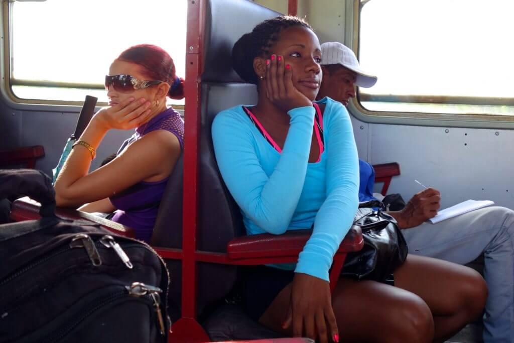 Zug fahren in Kuba. Hier Impressionen im Zug von Guantánamo nach Holguín
