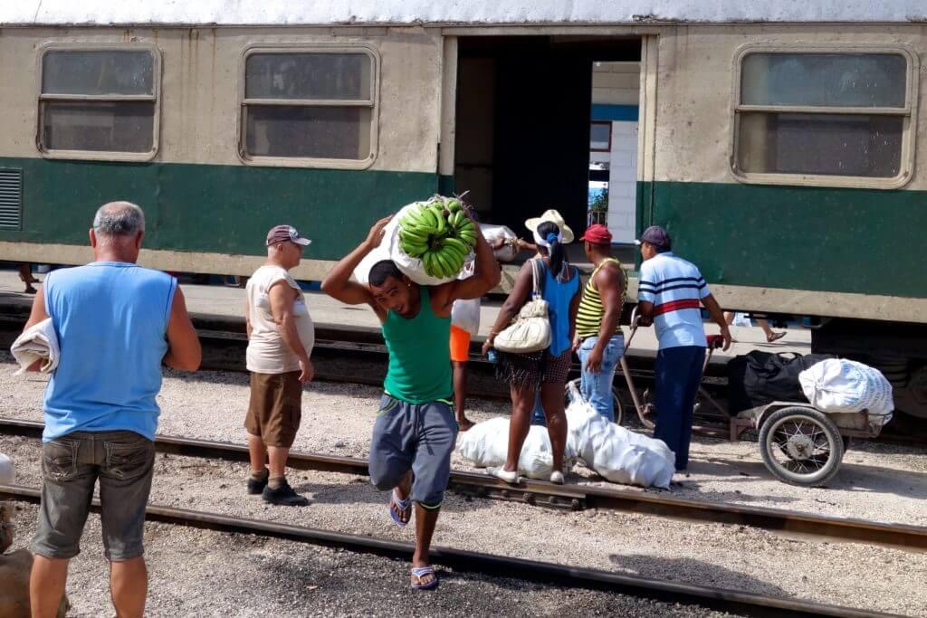 Zug fahren in Kuba. Gepäckentladung im Bahnhof von Holguín