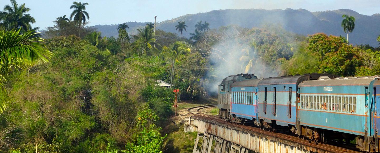 Eisenbahn unterwegs in Kuba, Zug auf der Strecke von Havanna nach Guantánamo.